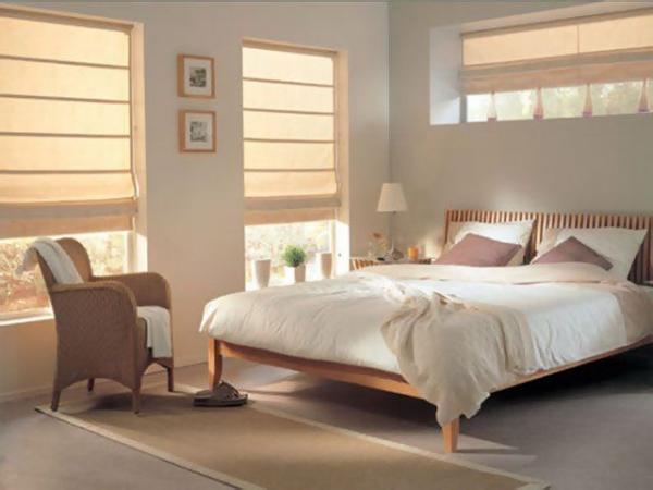 Римские шторы в спальне.