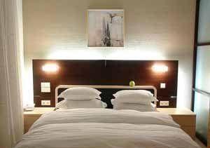 Самые щепетильные не должны забыть, что жидкие обои в спальне - прекрасный выбор, в первую очередь с точки зрения экологии (фото «E»)