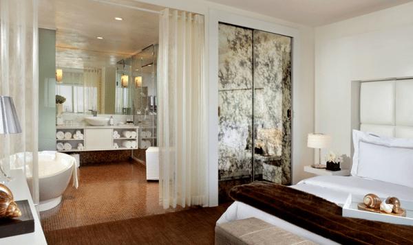 Семейная спальня с ванной комнатой в интерьере.