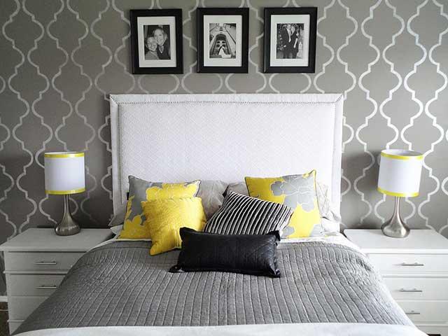 Серые обои в спальне, смотрятся очень стильно, несмотря на то, что цена на них довольно низкая.
