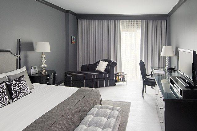 Серые стены в спальне + черная мебель - удачный тандем.