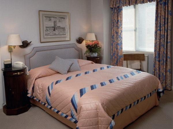 Серый, синий и розовый цвет в оформлении спальни прекрасно сочетаются, создавая спокойную обстановку.