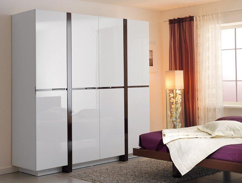 Шкаф для спальни: белый глянец здесь присутствует преимущественно в простых геометрических формах.