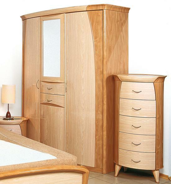 Шкаф и комод в спальню в одном оформлении - гармоничный вариант.