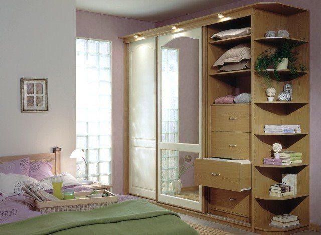 Шкаф-купе с открытыми полками для книг и декоративных предметов.