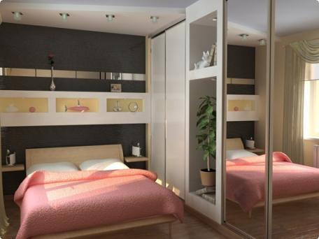 Шкаф-купе с зеркальными створками в небольшой спальне