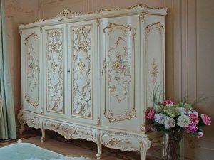 Шкаф с позолотой и изогнутыми ножками - мебель в спальню в классическом стиле.