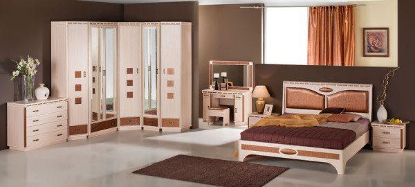 Шоколадно-кремовый гарнитур: трюмо, кровать, прикроватная тумбочка, комод и угловой шкаф