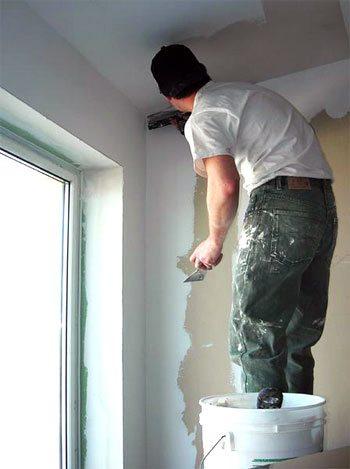 Шпатлюем стены под обои