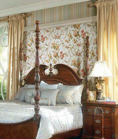 Сочетание обоев в полоску и вставки с цветочным рисунком в стиле Прованс у изголовья.