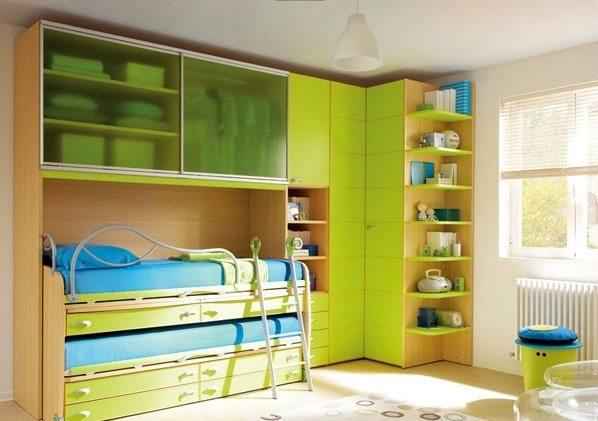Спальня для двоих детей разного возраста – пример компактного размещения предметов