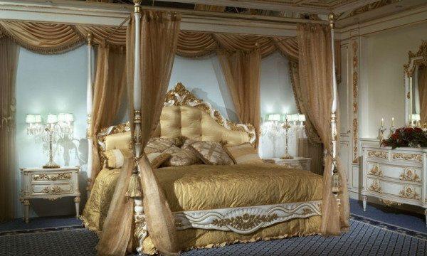 Спальня, оформленная сложным ансамблем штор и покрывала в стиле романтизма.