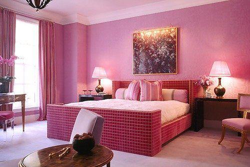 Спальня розового тона будет способствовать романтическим отношениям.