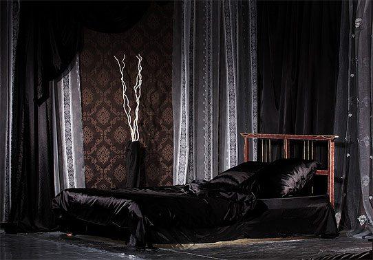 Спальня в черном цвете должна содержать хоть один теплый акцент в декоре