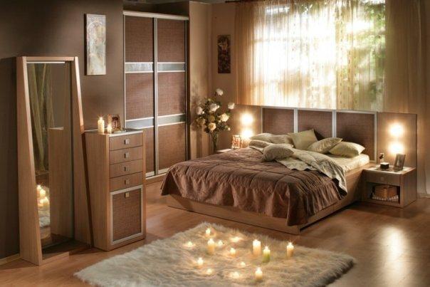 Спальня в коричневом тоне с бежевыми подушками.