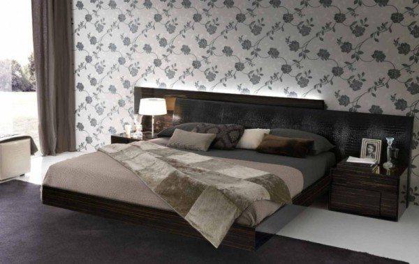 Спальня в оттенках коричневого и серого с акцентом на стене у изголовья кровати.