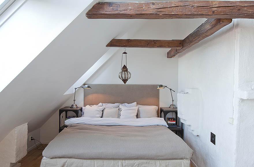 Спальня в скандинавском образе, расположенная в односкатной мансарде.