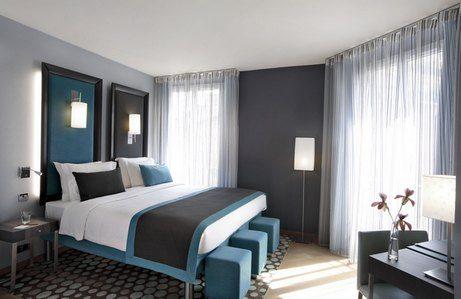 Спальня в стиле хай-тек с серо-голубым сочетанием оттенков.