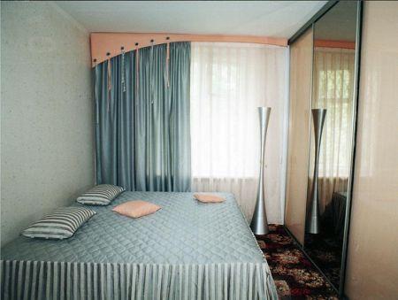 Спальня в стиле минимализма (жесткий бандо соответствует стилю)