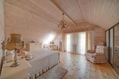 Спальня в стиле прованс в мансарде может выглядеть оригинально и по-домашнему