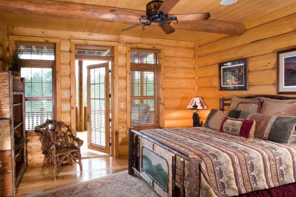 Спальню целесообразно расположить на верхнем этаже деревянного особняка.