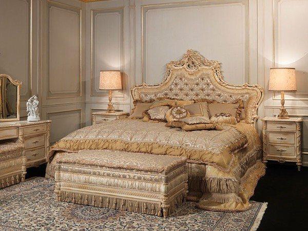 Спокойные оттенки, бахрома на покрывалах, резная спинка кровати, скульптура на столике, одним словом – цена классики.