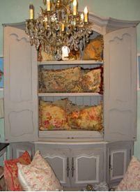 Старинная величественная кованная люстра – яркий атрибут стиля прованс.