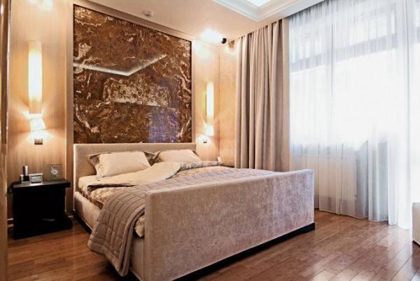 Стеклянное панно в интерьере спальни.