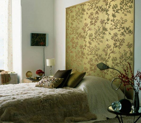 Стена у изголовья всегда является своеобразным акцентом в спальне