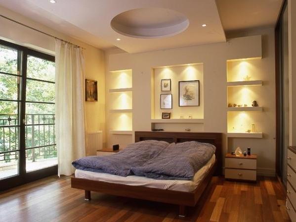 Стеновые ниши с подсветкой в спальне