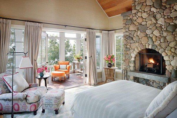 Стильная идея современного характера: камин привнесет тепло и уют.