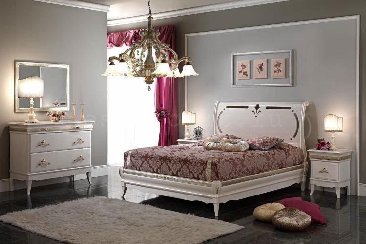 Свет от источников в спальне классического направления должен быть немного приглушенным.