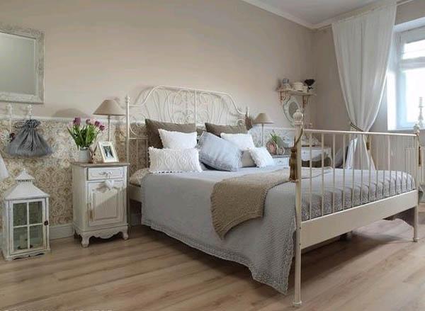 Светлая спальня с металлической кроватью: обои соответствуют стилю