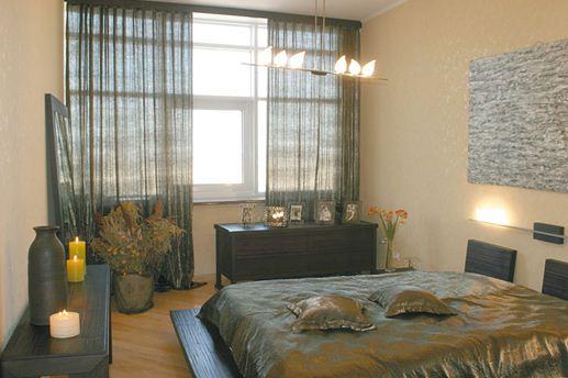Светлая спальня с темной мебелью гармонично украшена стильными аксессуарами