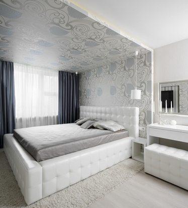 Светлое спальное место расположено в нише, которое насыщенно орнаментами.