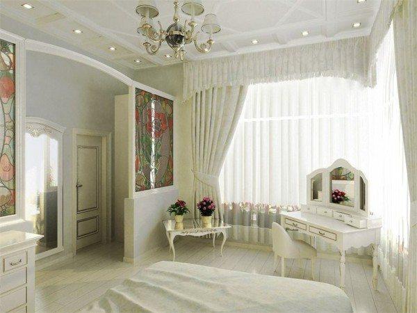 Светлые шторы в оформлении спальни