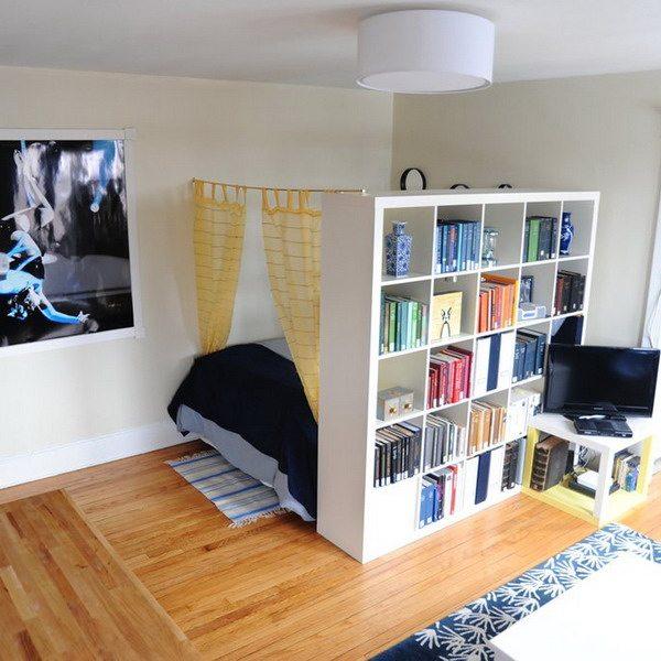 Такое решение позволит создать в квартире дополнительное место хранения, особенно удобное для книг и декоративных элементов