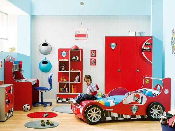 Тематически обустроенная комната с кроватью в виде машинки.