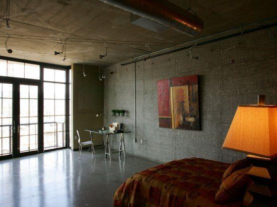 Теплые тона текстиля и аксессуаров сглаживают холодные оттенки отделки стен и пола комнаты