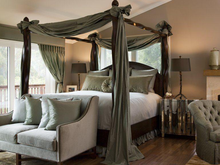 Традиционна большая и высокая кровать.