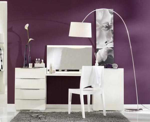Трюмо с зеркалом в спальню органично вписалось в интерьер, несмотря на свои обычные формы: все гениальное – просто!