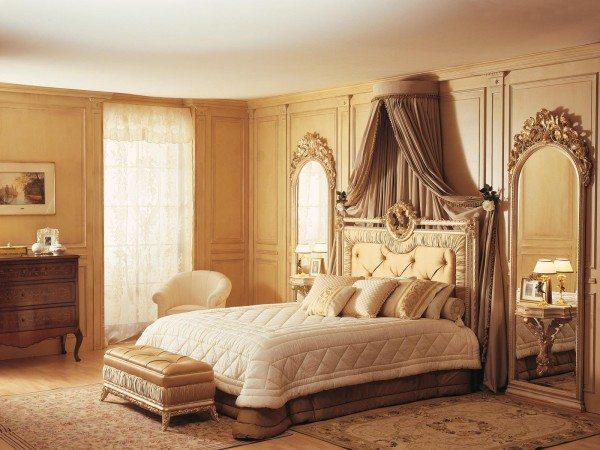 Центр интерьера - богатая кровать.