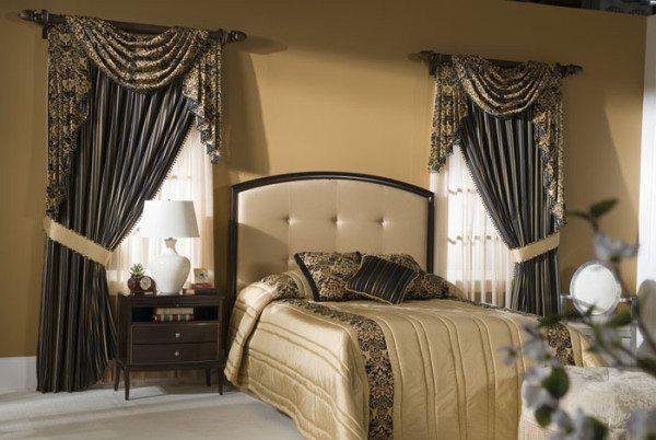 Цветовое решение гардин с акцентом на окно и с использованием ткани штор в отделке покрывала и пошиве декоративных подушек.