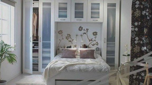 Удачный пример интерьера небольшой комнаты для отдыха, где при помощи особой планировки и типа мебели было максимально сэкономлено место.