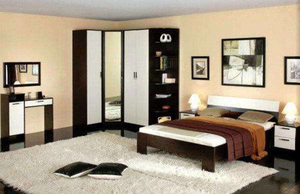 Удобная мебель для маленькой спальни с угловым шкафом