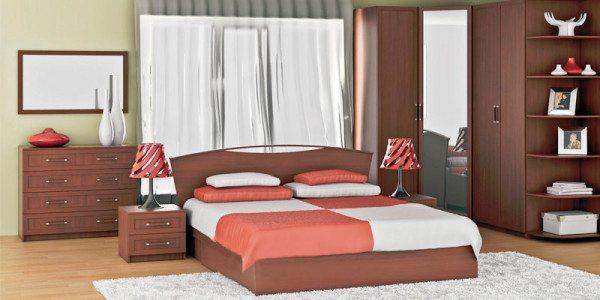 Удобный угловой шкаф помогает грамотно спланировать пространство спальни.