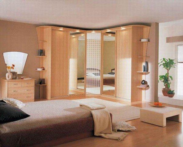 Угловая мебель в интерьере большой спальни