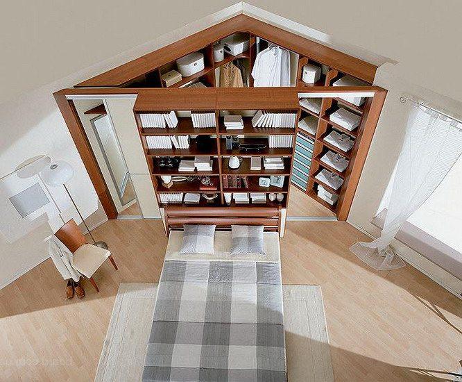 Угол спальни отгорожен лицевой панелью конструкции шкафа-купе от пространства спальни.
