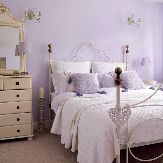 В маленькой спальне используют для покраски исключительно светлые тона.