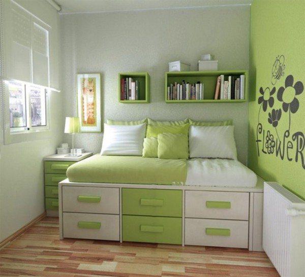 В маленькой спальне удобно использовать кровать с системой хранения для вещей под спальным местом.